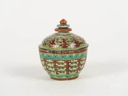 Coupe couverte en porcelaine de type Bancharon à décor de fleurs disposées en g