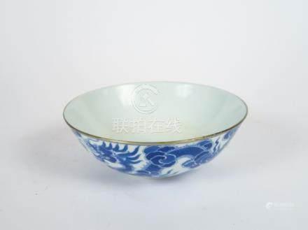 Grande coupe en porcelaine de Hué décor en bleu de deux dragons à cinq griffes