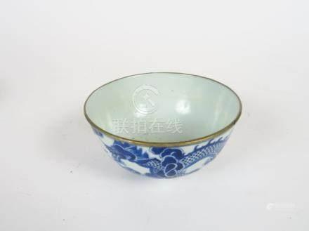 Coupe en porcelaine de Hué, à décor en bleu de deux dragons poursuivant la perl