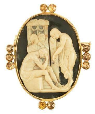 Broche en or jaune retenant un camée sur agate représentant une scène antique,