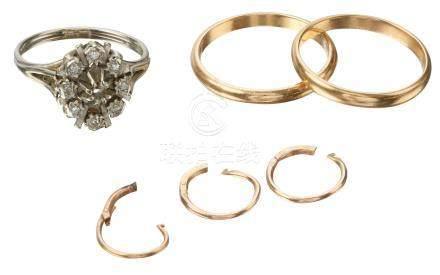Lot comprenant : Deux alliances en or jaune, une bague en or blanc et trois bou