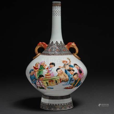 """""""Niños Jugando con Juguetes"""" Importante jarrón en porcelana china pintado a mano. Trabajo Chino, Siglo XX"""