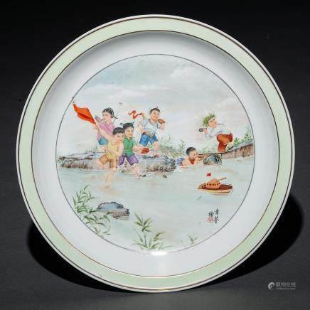 """""""Niños jugando en el rio"""" Plato circular en porcelana china pintado a mano. Trabajo Chino, Siglo XX"""