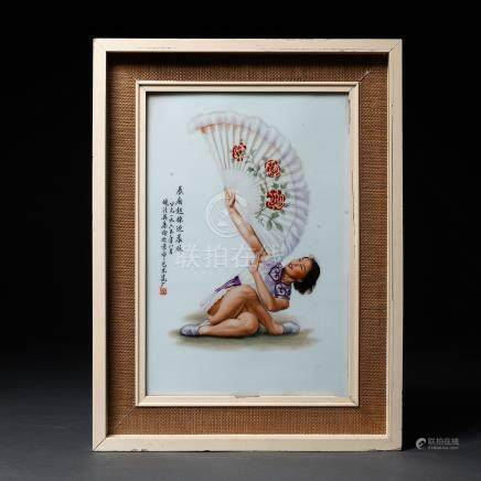 """""""Bailarina con abanico"""" Placa rectangular en porcelana china pintada a mano. Trabajo Chino, Siglo XX"""