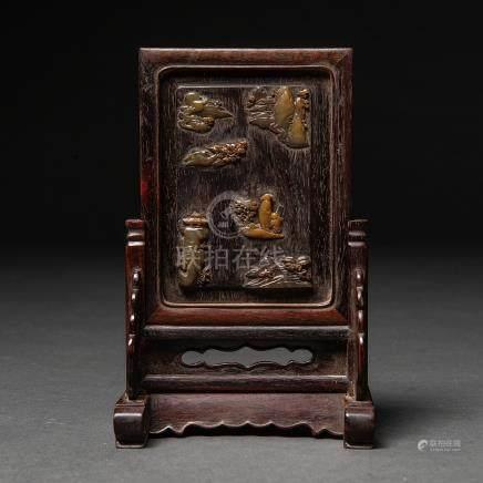 Biombo chino realizado en madera con aplicaciones en piedras duras. Trabajo Chino, Siglo XIX-XX
