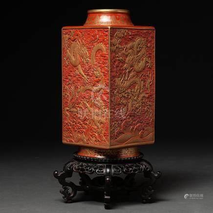 Jarrón en porcelana china simulando laca roja. Trabajo Chino, Siglo XX