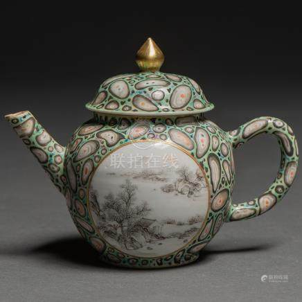 Tetera en porcelana china pintada a mano. Trabajo Chino, Siglo XIX-XX
