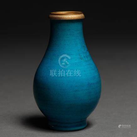 Jarrón en porcelana china color azul con montura en bronce. Trabajo Chino, Siglo XIX