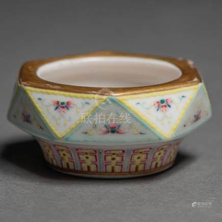Pequeño recipiente en porcelana familia amarilla. Trabajo Chino, Siglo XX