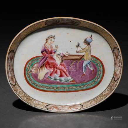 """""""Dama tomando el té"""" Bandeja en porcelana compañía de Indias del siglo XVIII"""