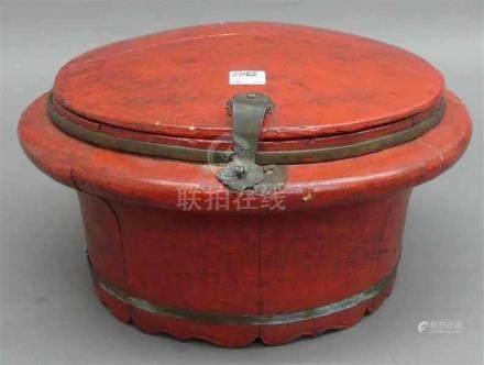 VorratsdoseHolz, rund, Rotlackdekor, aufklappbar, d 34 cm, China, Anfang 20. Jh.,