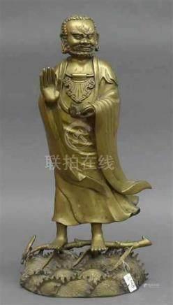 BronzeChina um 1900, Mann mit Schuh auf einem Ast stehend, h 51 cm,