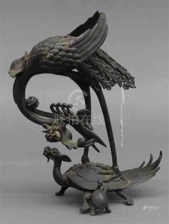 MetallskulpturChina um 1920, Kranich steht auf Schildkrötenartigem Fabelwesen, h 24 cm,