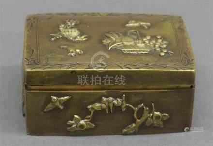 BriefmarkenetuiJapan, um 1900, aufwändiger Reliefdekor, Bronze, h 2,5 cm, b 6 cm, t 5 cm,
