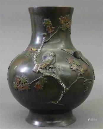 ChinavaseBronze, 19. Jh., bauchige Form, reliefierter Vogel und Pflanzendekor, selten, h 32 cm,