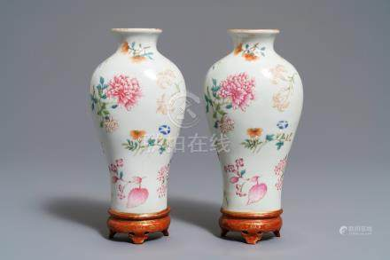 A pair of Chinese wall pocket vases with floral design, Qianlong mark, 19/20th C.