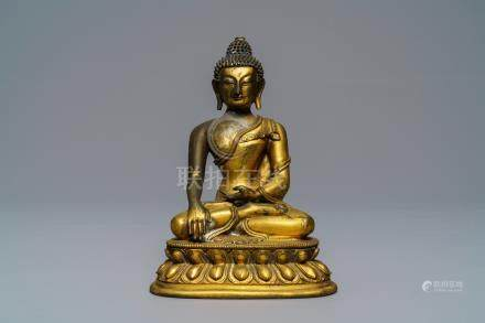A Sino-Tibetan gilt bronze figure of Buddha Shakyamuni, 17/18th C.