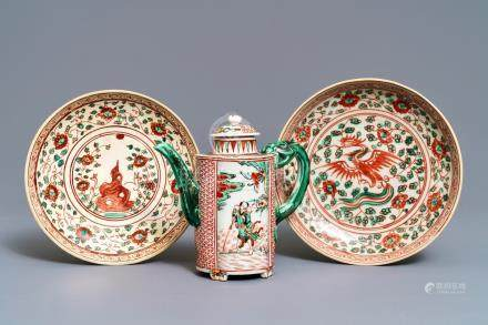 A Chinese wucai wine ewer and two Swatow plates, Ming and later