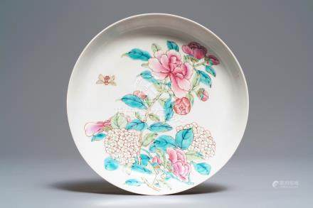 A fine Chinese famille rose 'ruby back' eggshell plate with a lady with floral design, Yongzheng