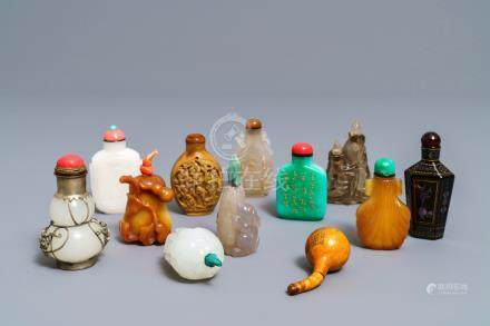 Twelve Chinese jade, agate and lacquer snuff bottles, 19/20th C.