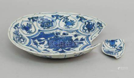 A Chinese Kraak porcelain blue and white saucer dish shaped rim, late Ming, the centre painted