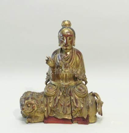 Statuette en bois sculpté, laqué rouge et doré à la feuille, représentant un LO