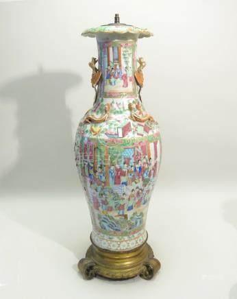 Important et beau vase en porcelaine de Canton et émaux polychromes de la Famil
