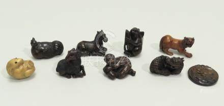 Lot de huit netsuke en bois foncé et clair, représentant huit des animaux du zo