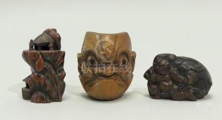 Lot de trois objets, dont deux netsuke en bois, pavillon et personnages sur une