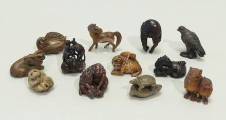 Lot de douze netsuke en bois foncé et clair, représentant des animaux divers. C