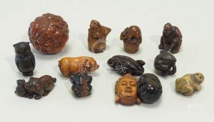 Lot de douze netsuke en bois représentant animaux, masques, têtes. On y joint u