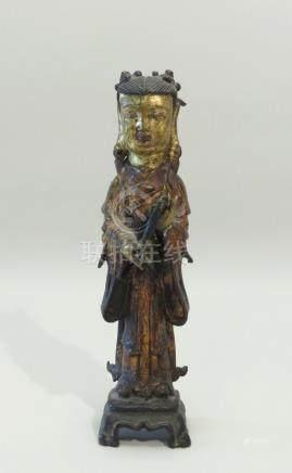 Sujet en bronze laqué or représentant une porteuse d'offrande. Chine, période M
