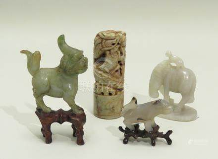 Lot de quatre objets, comprenant : . un singe sur un cheval (symbole de réussit