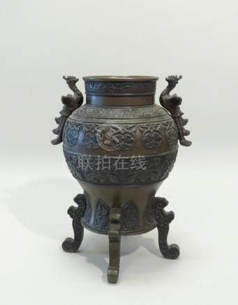 Brûle-parfum en forme de vase, reposant sur quatre pieds stylisés, à décor de m