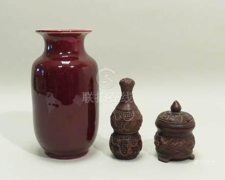 Lot de trois objets, dont un vase en porcelaine sang-de-bœuf, percé ; deux diff