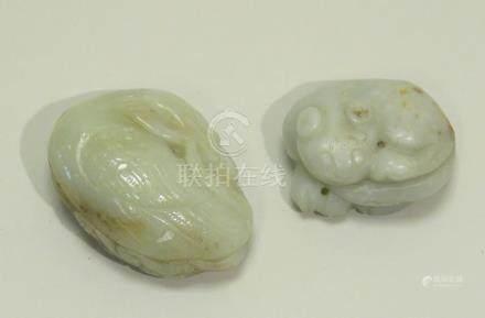 Deux petits sujets en jade céladon, l'un légèrement veiné de rouille, l'un repr