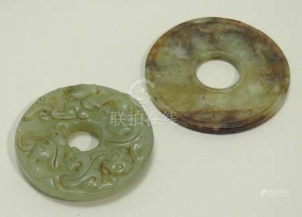Petit disque Bi en jade céladon veiné de rouille, gravé de caractères auspicieu