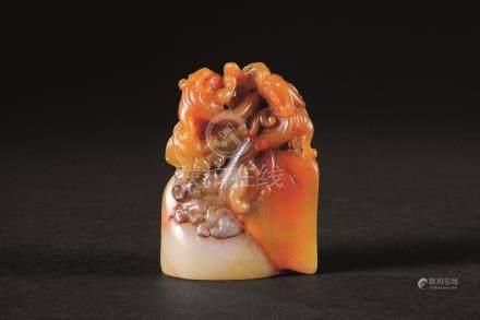 田黄石雕吃龙钮随形印材