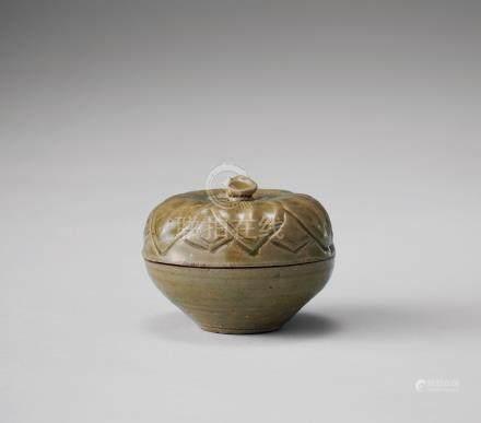 青瓷刻花瓜形粉盒