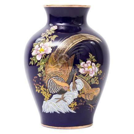 Kobaltblaue Vase.im asiatischen Stil dekoriert, H ca. 25,5 cm. Vase, blue, patterned in Asian style,