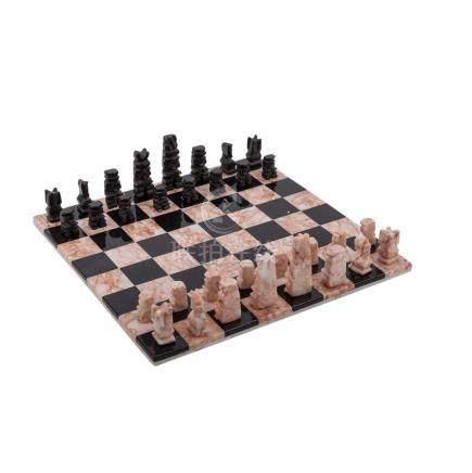 Schachspiel. MEXIKO, 20. Jh..Figuren und Schachbrett sind gefertigt aus schwarzem Onyx und aus