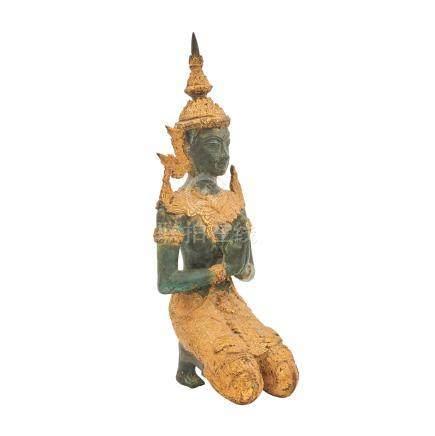 Ramakian-Figur. THAILAND, 20. Jh..Knieende Darstellung einer Tempelfigur, die ihre Hände zum Gebet