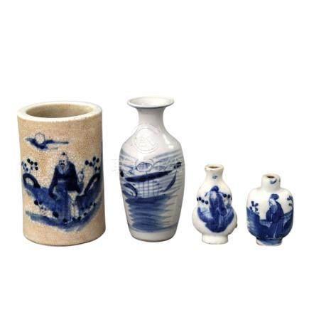 Konvolut: 4 Teile blau-weisses Porzellan. CHINA, um 19001 Pinselbecher, H 11 cm, 2 Snuffbottles (