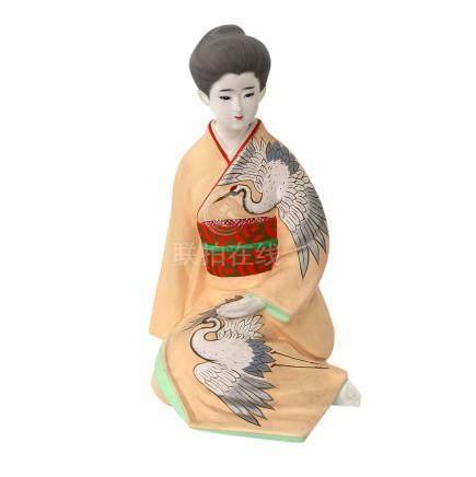 Dekorative Porzellanfigur einer Geisha. JAPAN, 20. Jhfarbig bemalt, H ca. 35 cm
