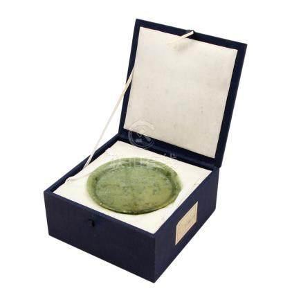 Tee-Service aus Jadeit. CHINA, 20. Jh..Von grün gesprenkelter Farbe. Bestehend aus 1 kleinen