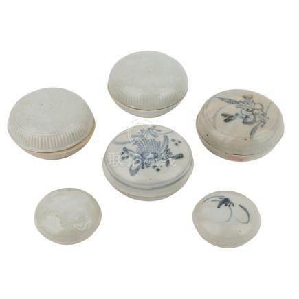 Konvolut: 6 Deckeldöschen. TEK SING TREASURES/CHINA, vor 1822.2 unterglasurblaue Döschen, bemalt mit