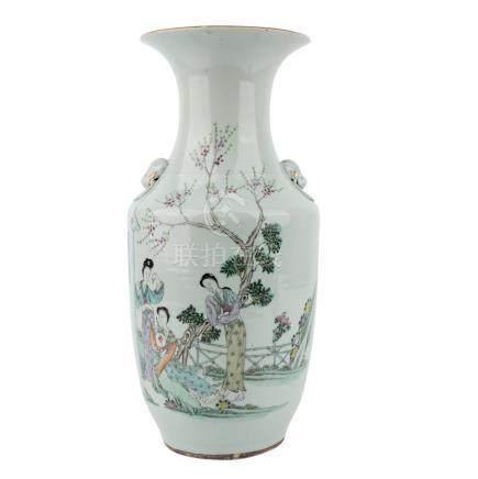 Vase. CHINA, 20. Jh..Balusterförmig mit zwei auf der Schulter aufgelegten Handhaben, die Spuren