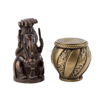 Konvolut 2tlg.: INDIEN, 20. Jh..Aus Messing: 1 Ganesha, H 10,5 cm und 1 Deckeldöschen, H 6,5 cm,