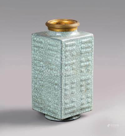 """CHINE  VASE cong en porcelaine émaillée céladon craquelé de type """"ge"""" à décor m"""