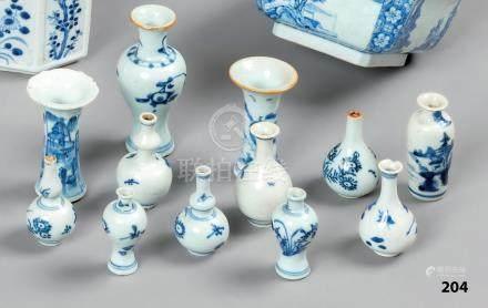 CHINE Collection de 12 VASES miniatures en porcelaine: forme yenyen, forme bal
